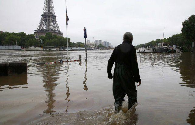 Un hombre camina en la ribera del Sena