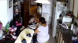 Inconcebible. La mujer le da una papilla al nene. Poco antes