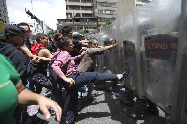 Conflictividad social. Manifestantes antichavistas se enfrentan a las fuerzas del orden