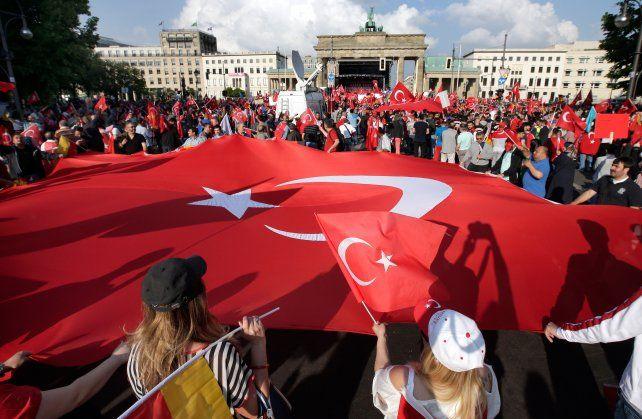 Malestar. Ciudadanos turcos manifestaron frente a las Puertas de Brandenburgo contra la resolución parlamentaria.