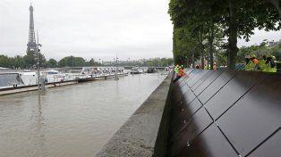 Operarios colocaron muros para contener el agua.