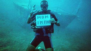 El joven recurrió a un singular cartel para decirle a su madre cómo se encontraba.