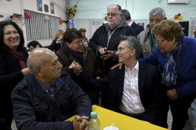 Macri dijo que la entrada en vigencia de la norma va a significar un aumento muy grande para aquellos que están cobrando la mínima.