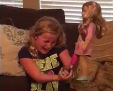 La conmoverdora reacción de una nena con una prótesis en la pierna tras recibir una muñeca igual a ella