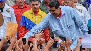 Agitación social. Maduro saluda a sus partidarios durante una de las tantísimas marchas partidarias en Caracas.