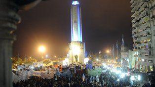 Ni un alfiler. El Patio Cívico del Monumento lució anoche repleto y plagado de pancartas de distintas agrupaciones sociales
