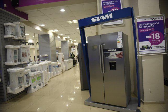 Las exhibiciones de los comercios locales incluyen heladeras importadas de recónditos lugares.