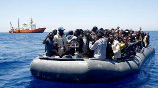 ¿Salvados? Un bote de goma con refugiados africanos llega a las costas europeas. Sus destinos son inciertos.