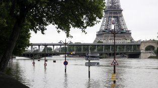 La torre Eiffel en el horizonte y detrás de las aguas del río mostrando un nivel inusual