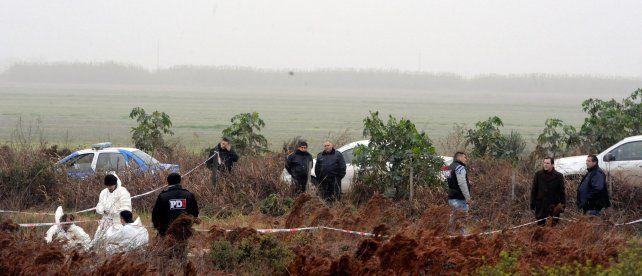 El lugar del hecho. Investigadores del Equipo de Antropología Forense trabajaron ayer para recoger los restos encontrados. Un llamado advirtió sobre la presencia del cuerpo en ese sitio.