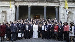 Sus señorías. Francisco posó rodeado de jueces. A su lado aparecen el titular de la Corte