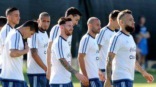 Bien rodeado. La gran figura argentina puso pie en Estados Unidos y ya entrenó junto a los compañeros. A su lado