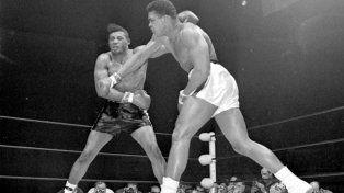 Alí, en uno de sus combates memorables. Aquí impone lo suyo ante Floyd Patterson, por el título de los pesos pesados en Las Vegas.