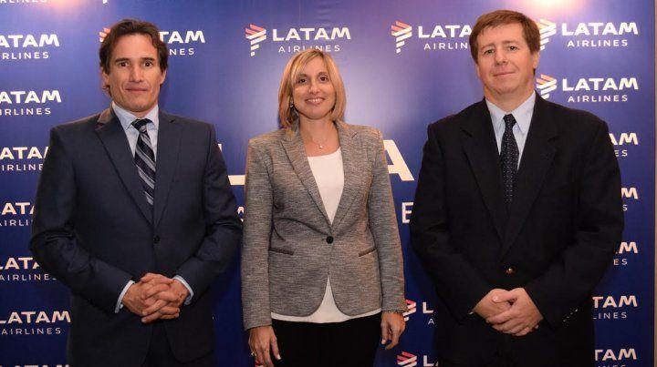 Directivos de LAN durante la presentación de los vuelos que unirán Rosario con Lima.