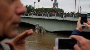 Impresionante. Los turistas están asombrados por el nivel y la fuerza de las aguas del famoso río.