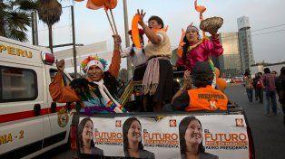 Leve ventaja. Partidarios de Fuerza Popular marchan en caravana en apoyo a su candidata Keiko Fujimori.