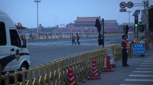 Vallado. La policía china no permitió el paso de personas en la célebre plaza. Se produjeron detenciones previas.