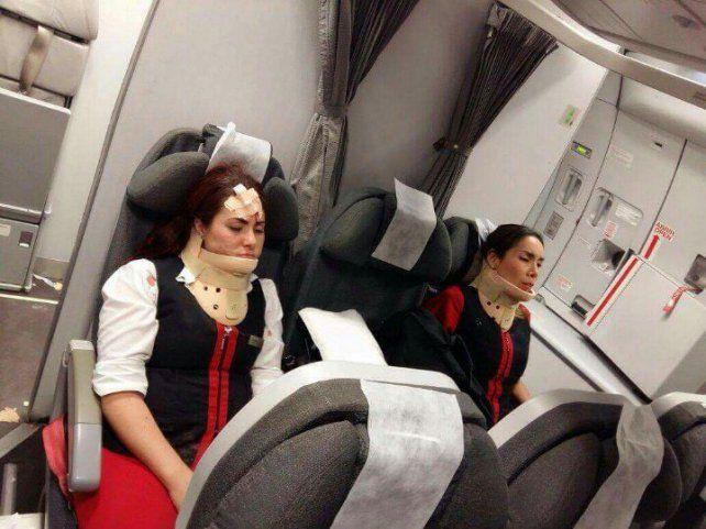 Algunos pasajeros e integrantes de la tripulación debieron ser revisados por personal médico tras aterrizar en Ezeiza. (fotos Twitter: @alebabato y @aldonzalcocer)