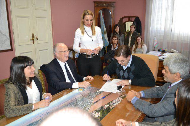 Rúbrica. El fiscal Julio De Olazábal y el intendente Juan Sarasola suscribieron el convenio para implementar el sistema.