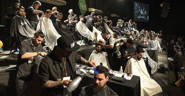 manos de tijeras. Los peluqueros desplegaron sus manos para transformar cabelleras en obras casi de arte.