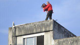 Frate subió a la terraza con su hija y amenazó con saltar.