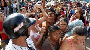 Larga y tediosa espera. Venezolanos aguardan por horas bajo el sol para adquirir alimentos de primera necesidad.