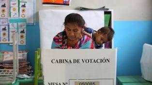 Madre e hijo en la cabina de voto.