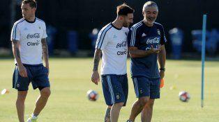 Lio Messi quería pero no lo dejan y estará en el banco en el debut ante la Roja de Pizzi