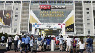 Al Levis Stadium. La 10 de Messi (de la selección y Barcelona) y la 7 de Di María fueron las más elegidas por los argentinos para asistir al debut argentino.