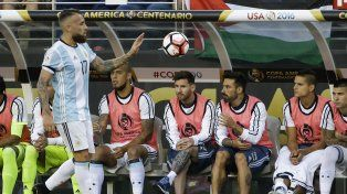 Lo mira desde el banco. Messi estuvo entre los suplentes y ni siquiera tenía puestos los botines.