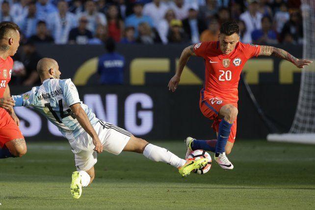 Siempre dejando todo. Mascherano vistió la cinta de capitán ante la ausencia de Messi.