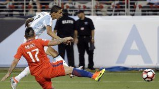 Di María saca el remate que abriría la cuenta argentina en la Copa América.
