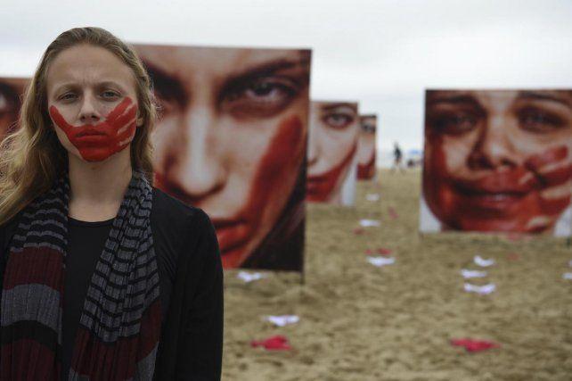 Cientos de bombachas inundan las playas de Brasil en protesta por violaciones a mujeres