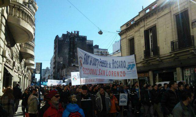 Los sindicatos marcharon por la calles de Rosario para expresar su repudio a las medidas del gobierno.