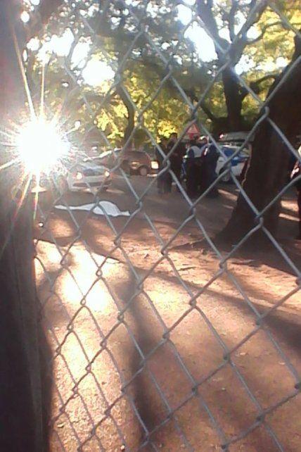 El cuerpo de la persona fallecida yace en el piso. (Foto vía twitter @luchoacastro).