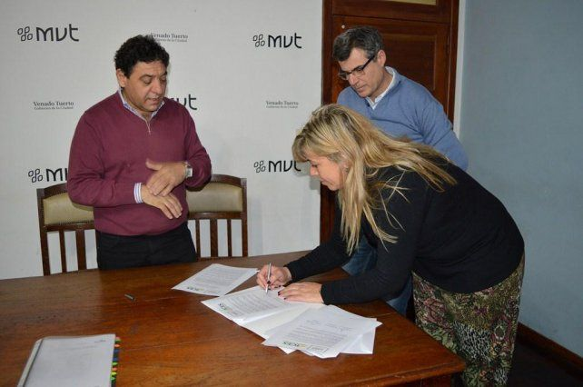 Rúbrica. El municipio de Venado Tuerto y el Instituto Católico Nº 9.145 firmaron el convenio.