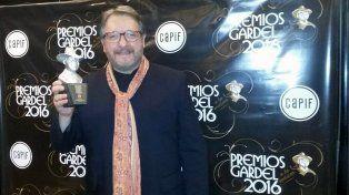 Trofeo. Enrique Llopis muestra su distinción en el teatro Gran Rex