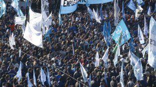 Multitud. Trabajadores de los gremios más numerosos de la ciudad poblaron la plaza Montenegro.