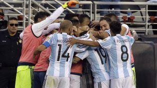 Confianza grupal. Todo Argentina celebra el gol de Di María el lunes. El triunfo fortaleció la estima del equipo.