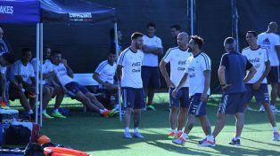 Distendidos. Messi festeja una ocurrencia de Lavezzi