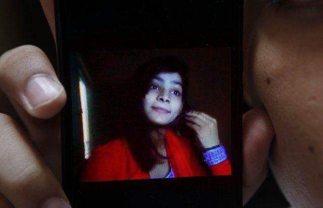 Zeenat Rafiq tenía 18 años y fue atada a una cama y luego rociada con kerosén por su mamá.
