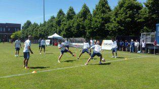 Messi juega eln tradicional loco con sus compañeros de equipo.