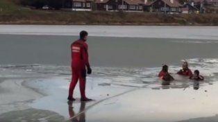La operación de rescate de dos perros de las aguas heladas le valió aplausos a los bomberos en Ushuaia.