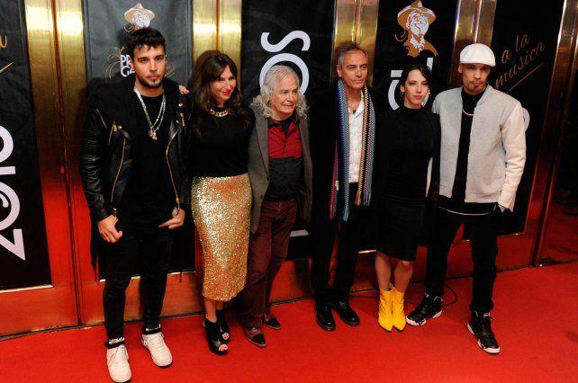 Herederos. Los hijos de Spinetta y ex integrantes de Almendra subieron al escenario por los premios al Flaco.