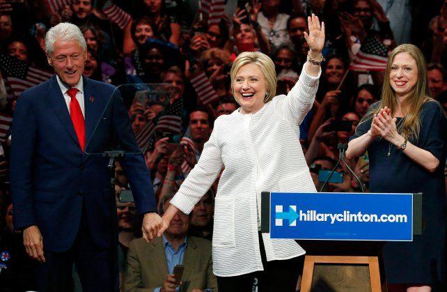 Festejo familiar. Hillary junto a su esposo Bill. La ex canciller aspira a ser la primera mujer presidenta de EEUU.