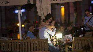 Sin razón. Una pareja se consuela en el centro comercial donde abrieron fuego los terroristas palestinos.