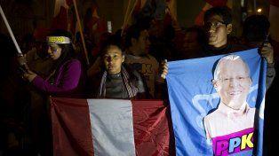 PPK en las banderas. Los seguidores de Kuczynski se preparan para el festejo.