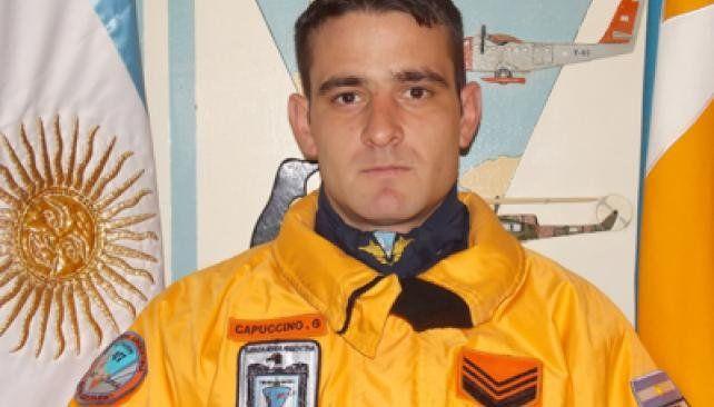 Penoso. Gustavo Capuccino fue golpeado por el portón de un hangar.
