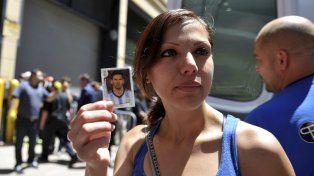 En la figurita.Nora Briceño quería el autógrafo del 10 para su hijo Karlo.