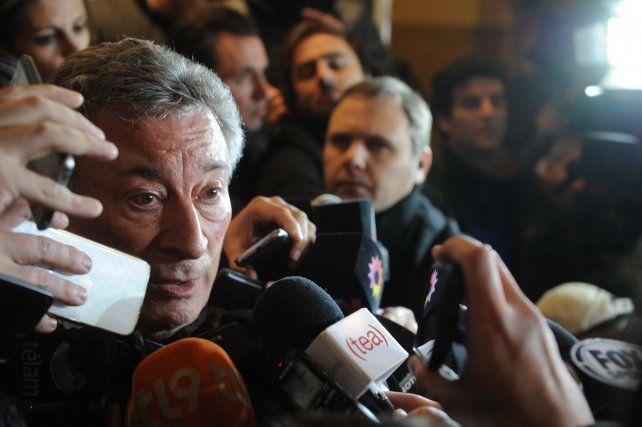El hombre del día. Luis Segura habló con los periodistas en la puerta de la AFA tras la reunión del comité ejecutivo.